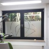 Fensterbeschriftung mit Glasdekor