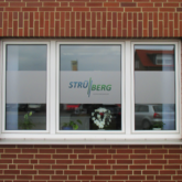 Beschriftung von Fenstern mit Glasdekor und Druck