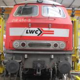 Beschriftung eines Zuges mit Logoaufkleber im Folienschnitt