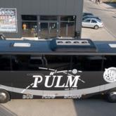 Vollvolierung und Scheibentönung eines Reisebusses. Beschriftung u.a. in Silber und Chrom